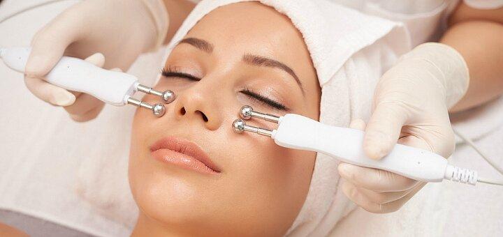До 5 сеансов микротоковой терапии лица, шеи или декольте в салоне красоты «Clips Cosmetology»