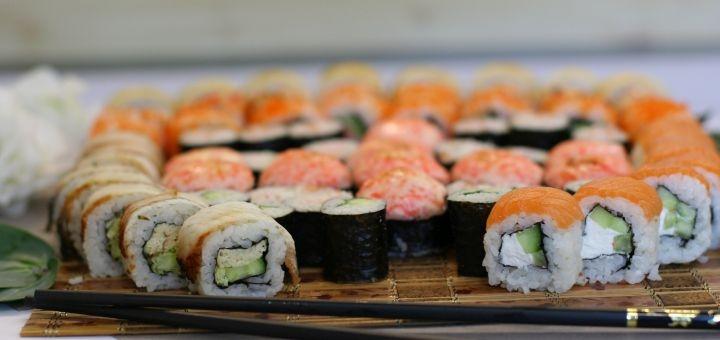 Скидка 55% на двухкилограммовый «Мега-сет» от магазина-ресторана японской кухни «Суши WOK»