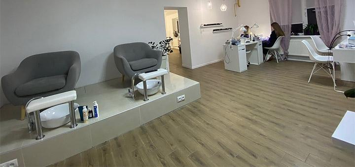 Маникюр с выравниванием и педикюр с покрытием гель-лака в салон красоты «White room»