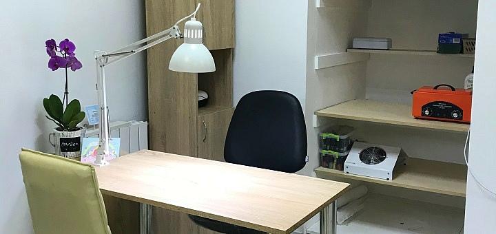 Маникюр и педикюр с покрытием гель-лаком и массажем рук в салоне красоты «The Salon»